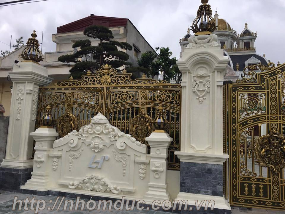 Mẫu cổng nhôm đúc với phù điêu