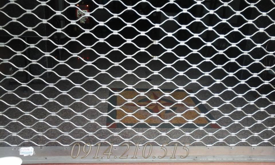 Với cửa cuốn lưới, do đặc thù cửa dày và chất liệu nặng (inox, thép, sắt)