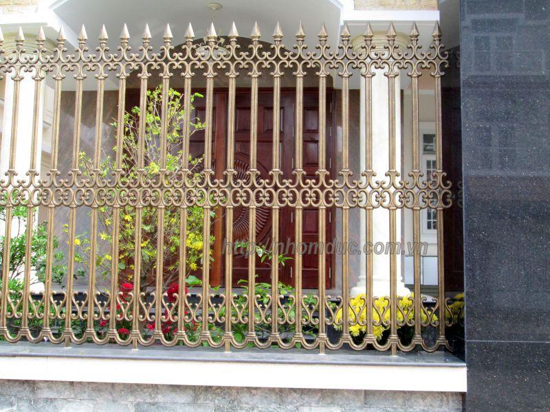 Hàng rào hợp kim nhôm đúc ( hàng rào nhôm đúc , hàng rào đẹp , hàng rào ) sẽ làm cho cảnh quan bên ngoài của ngôi nhà bạn thêm hài hòa ,sang trọng .